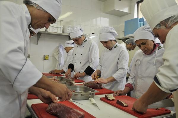 Alunos do curso de Cozinheiro pelo Programa Senac Gratuidade
